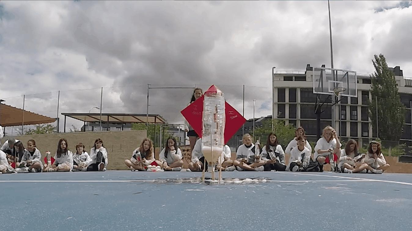 Alumnos experimentando con un cohete de fabricación casera
