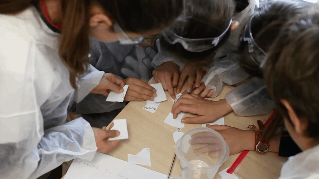 Niños trabajando en grupo en taller escolar